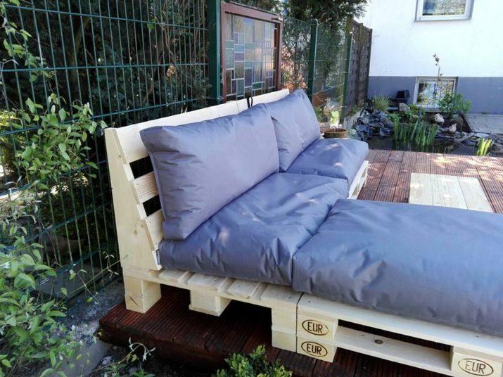 sofa-con-palets-cojines-azules-muebles