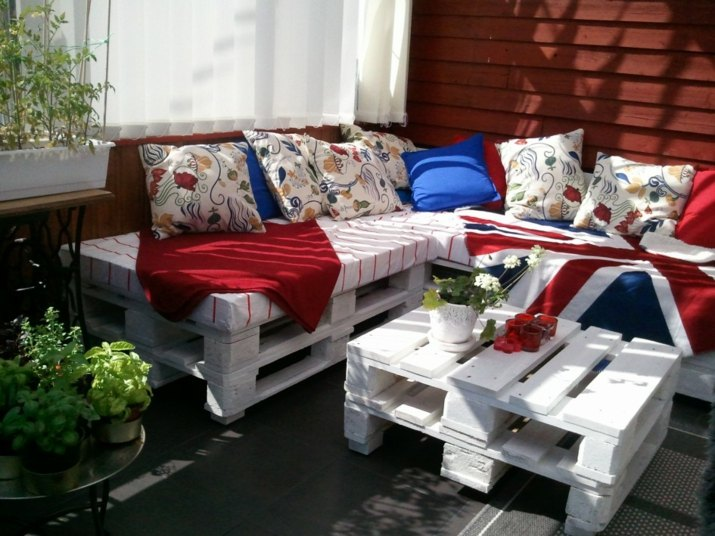sofa-con-palets-cojines-modernos-salones