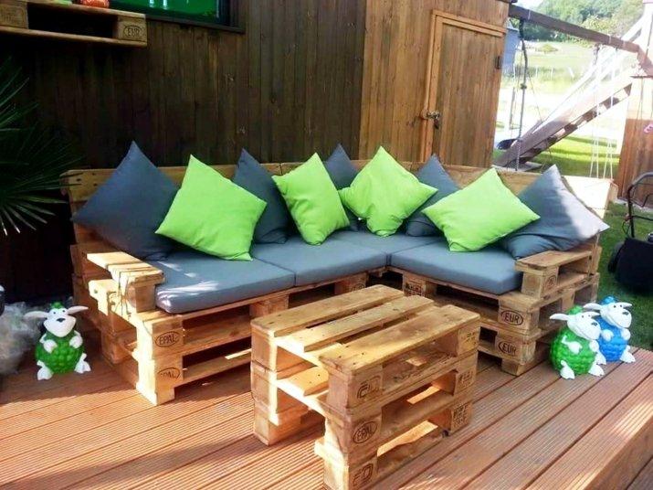 sofa con palets verdes-acentos-coloridos