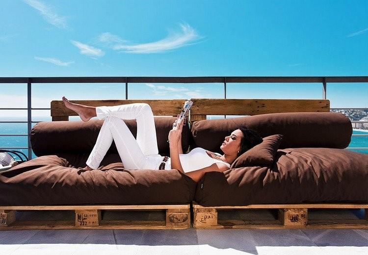 sofa-terraza-cojines-color-marron-diseno-palets