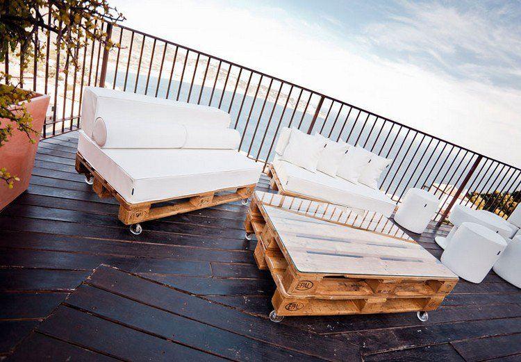 terraza-suelo-madera-muebles-palets-diseno-cojines
