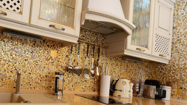 cocina-diseno-mosaico-bello-color-oro