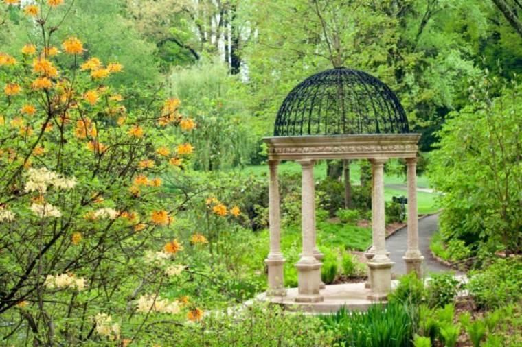 jardín con pabellón