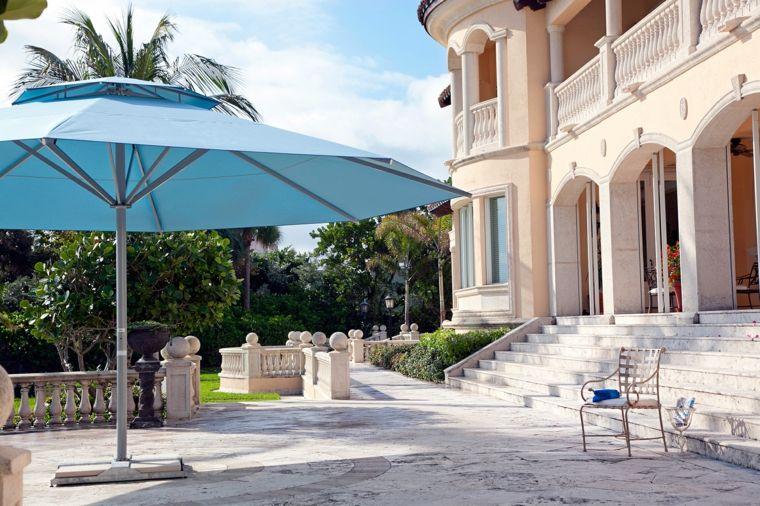 sombrillas-jardín-terraza-color-azul-diseno-casa