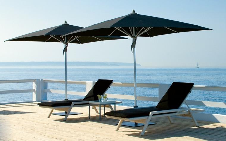 sombrillas-tumbonas-negras-terraza-estilo-vistas