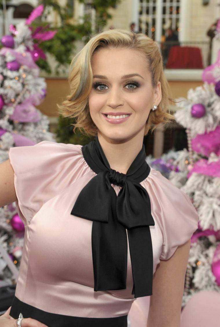 Katy-Perry-pelo-rubio-estilo-retro