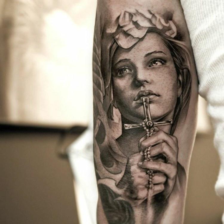 cricifijo partes brazo tatuado