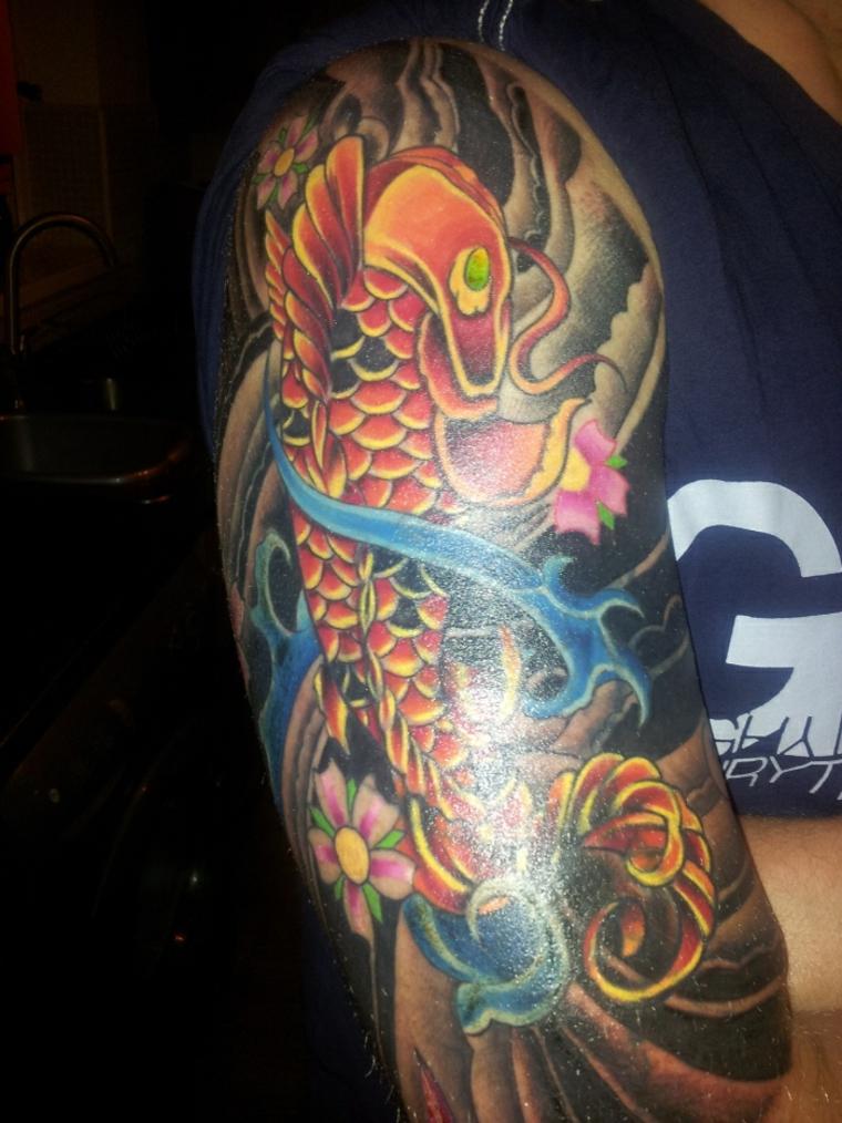 bonito tatuaje de pez Koi