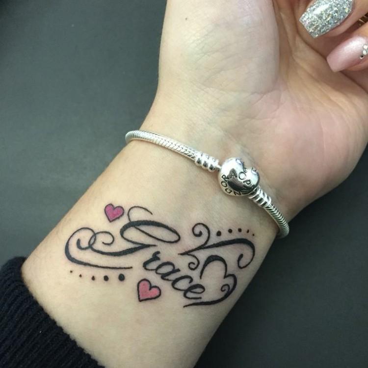 tatuajes en la muñeca corazones letras