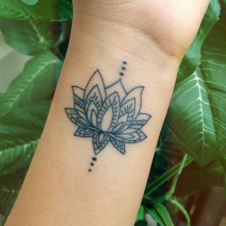 tatuajes en la muñeca siluetas florales