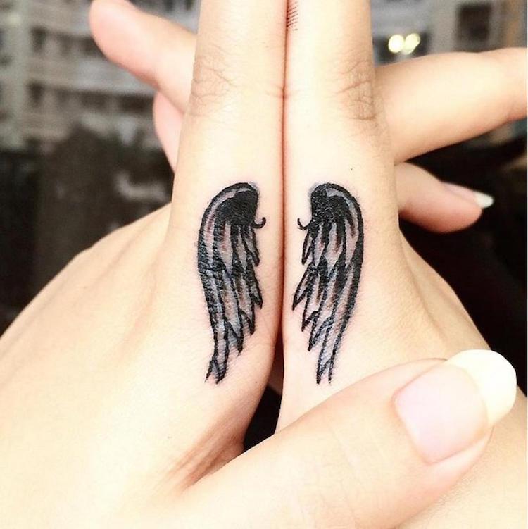 alas tatuadas manos ornamentadas
