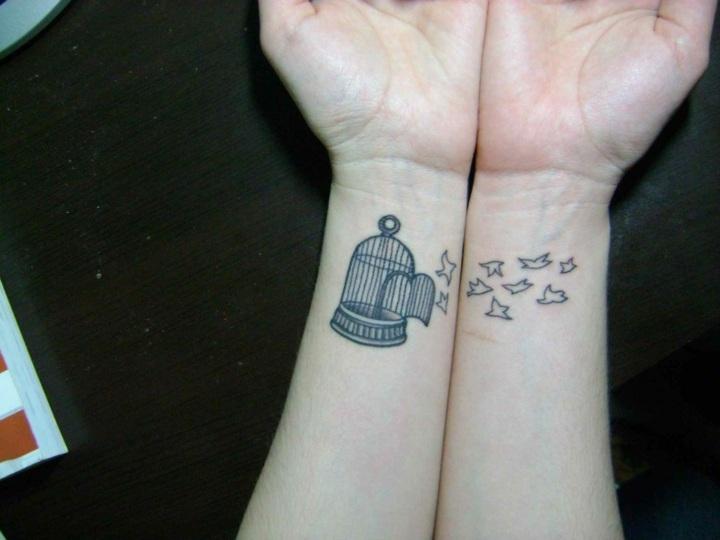 aves volando tatuadas manos