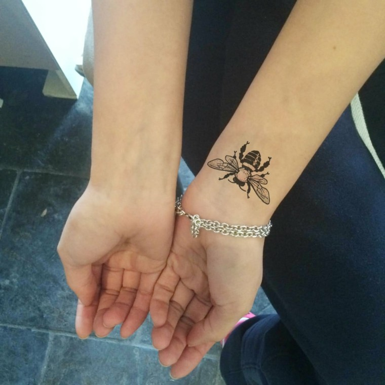 Tatuajes en la muñeca abeja