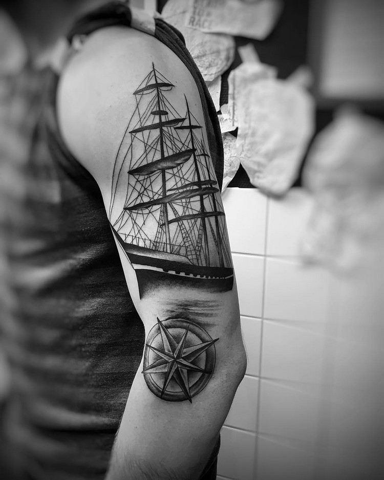 brazo tatuaje barco compas negro blanco