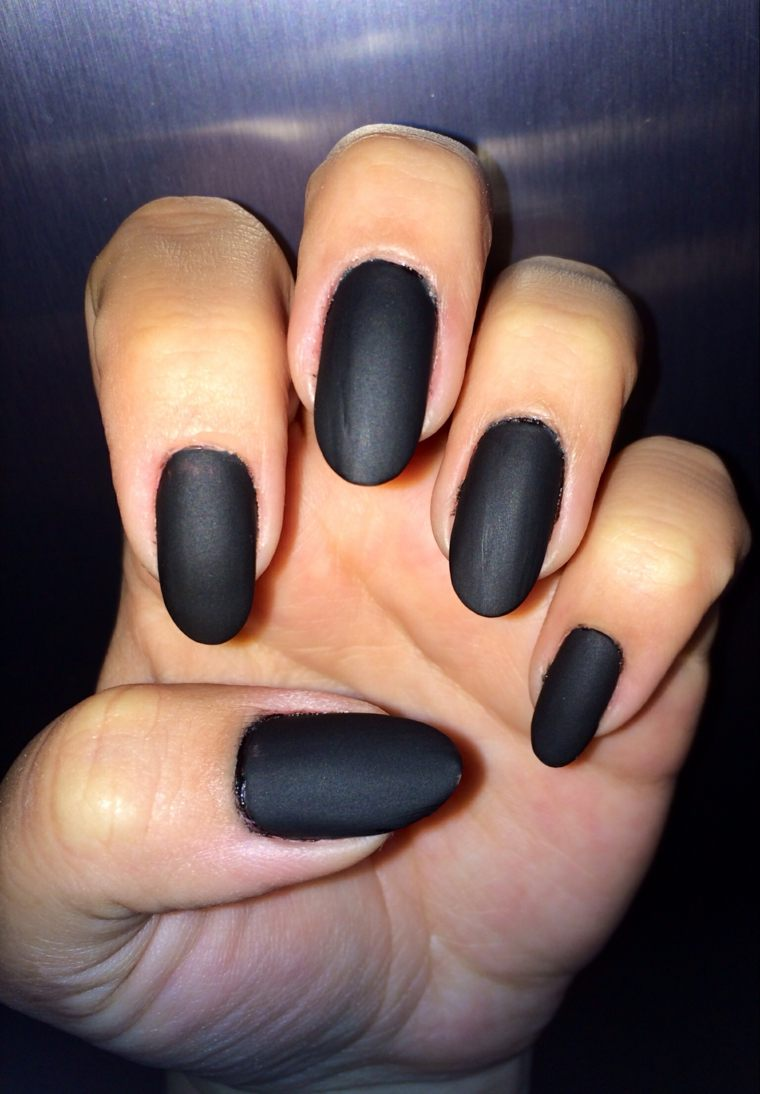 diseños de uñas color-negro-unas-diseno-mate-opciones