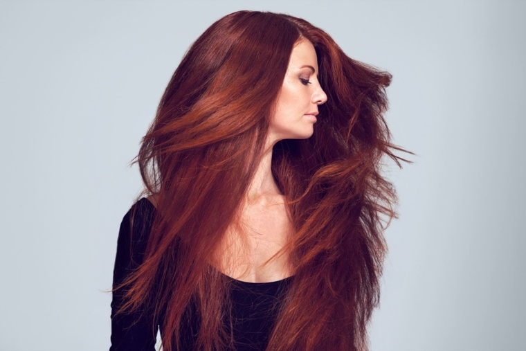 pelo largo escolta cabello rojo