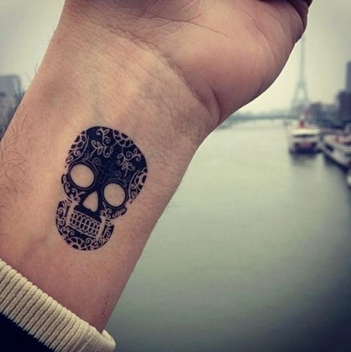 craneo mano tatuado simple