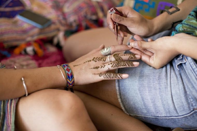 tatuajes de henna en los dedos