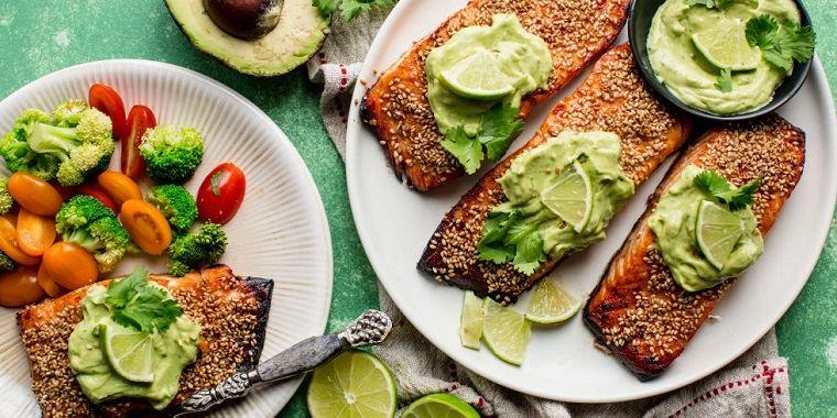 dieta saludable-baja-carbohidratos-salmon-aguacate