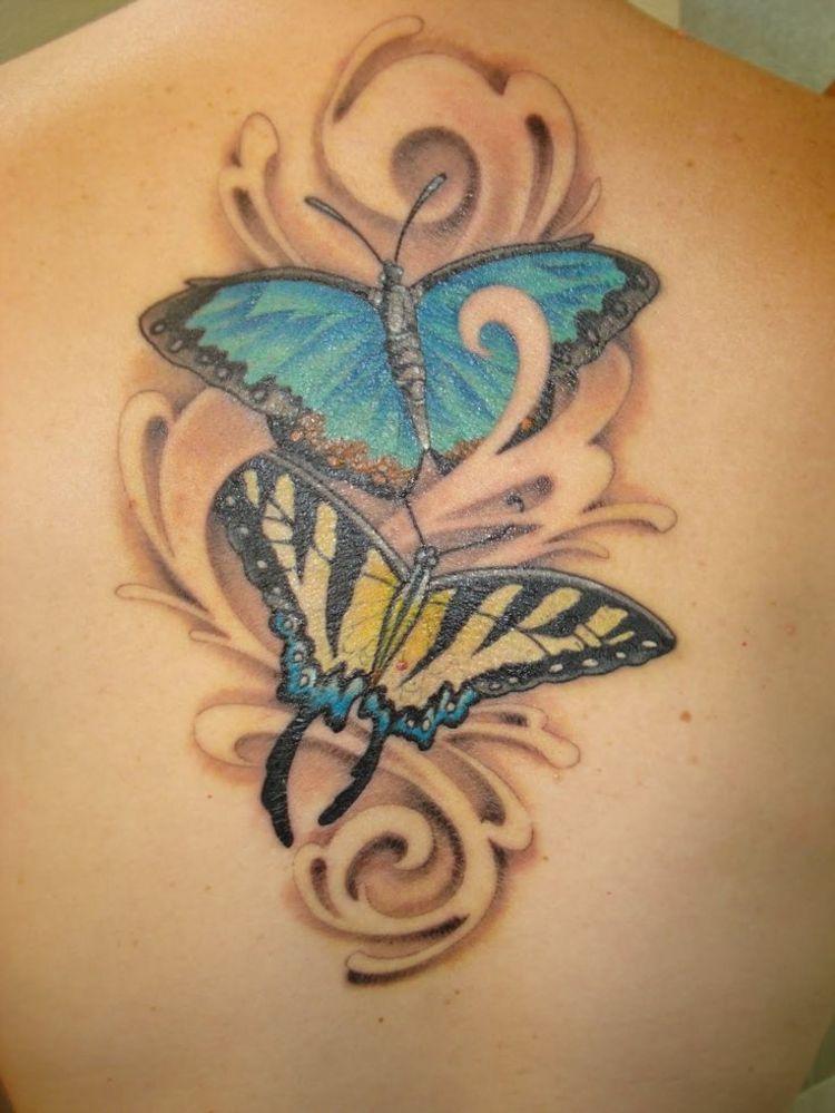 elegantes mariposas espaldas tatuadas