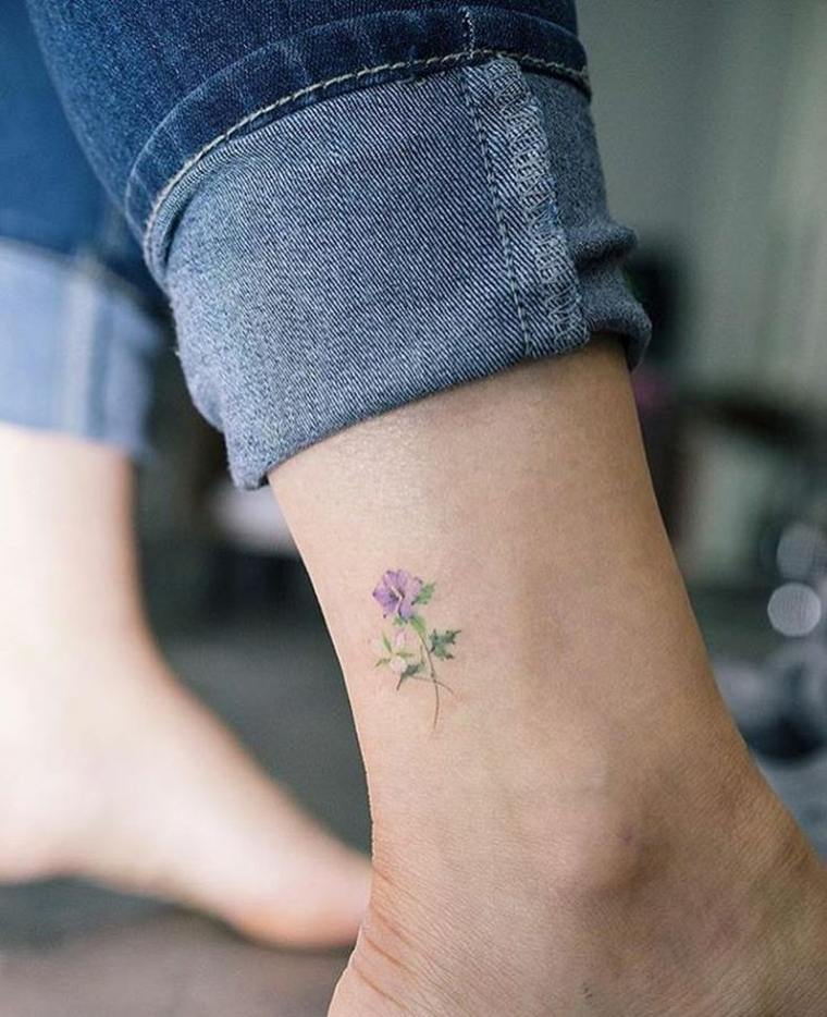 bonito tatuaje pequeño de florecilla