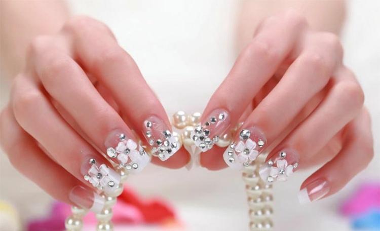 flores decorativas manos uñas