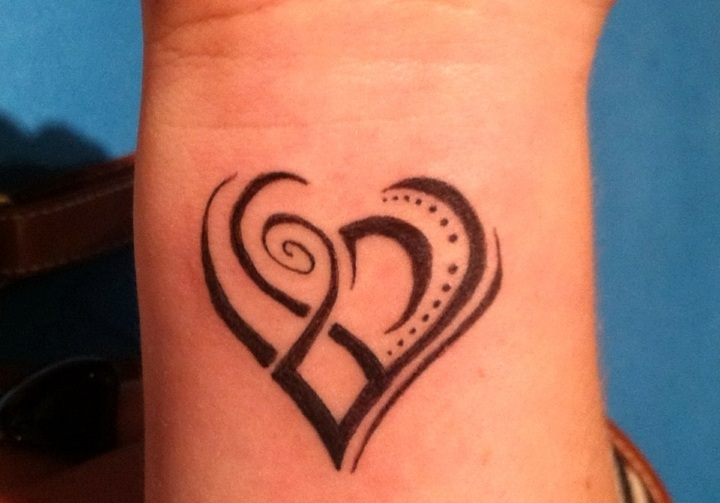 formas corazones unidos tatuados