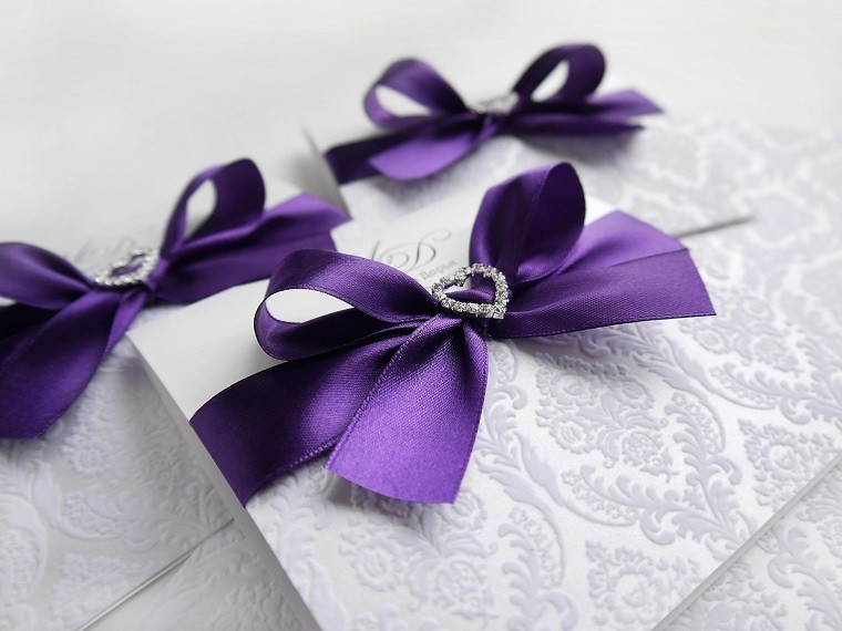 invitaciones-boda-color-purpura-lazo