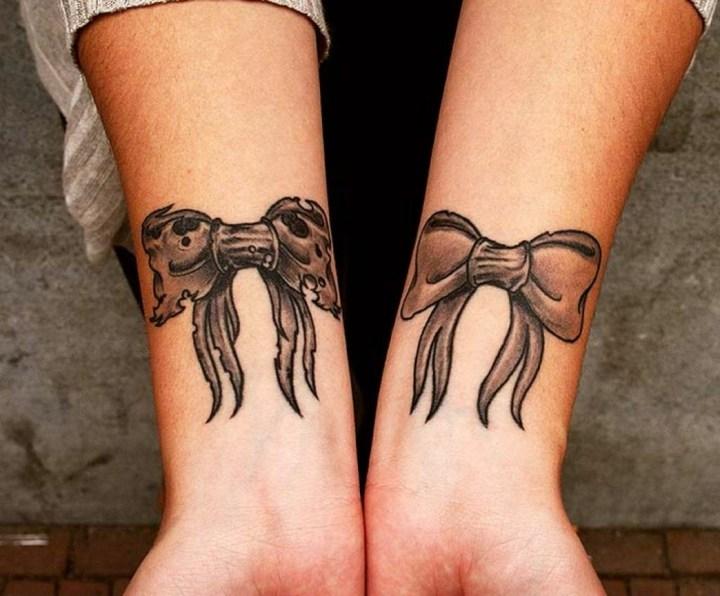 lazos tatuados muñecas femenino