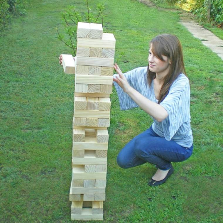 madera apilada patio juegos