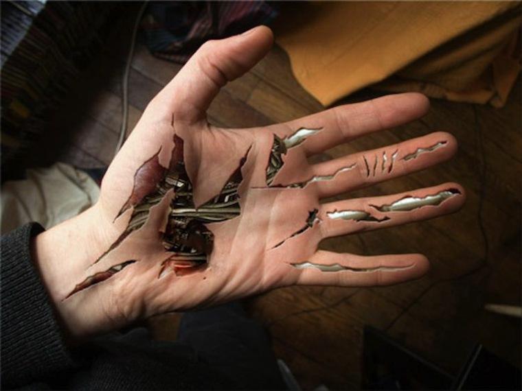 original tatuaje biomecanico en la mano