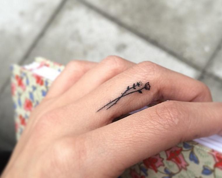 mejores tatuajes-dedos-mano-flor