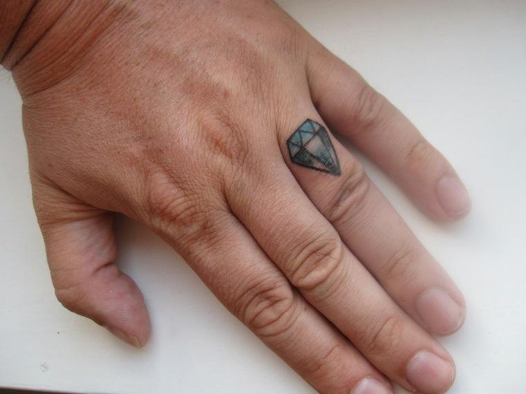 mejores-tatuajes-dedos-opciones-diamante