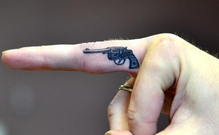mejores-tatuajes-dedos-opciones-pistola