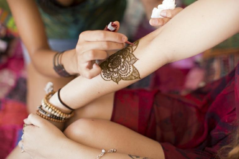 tatuaje de henna de flor