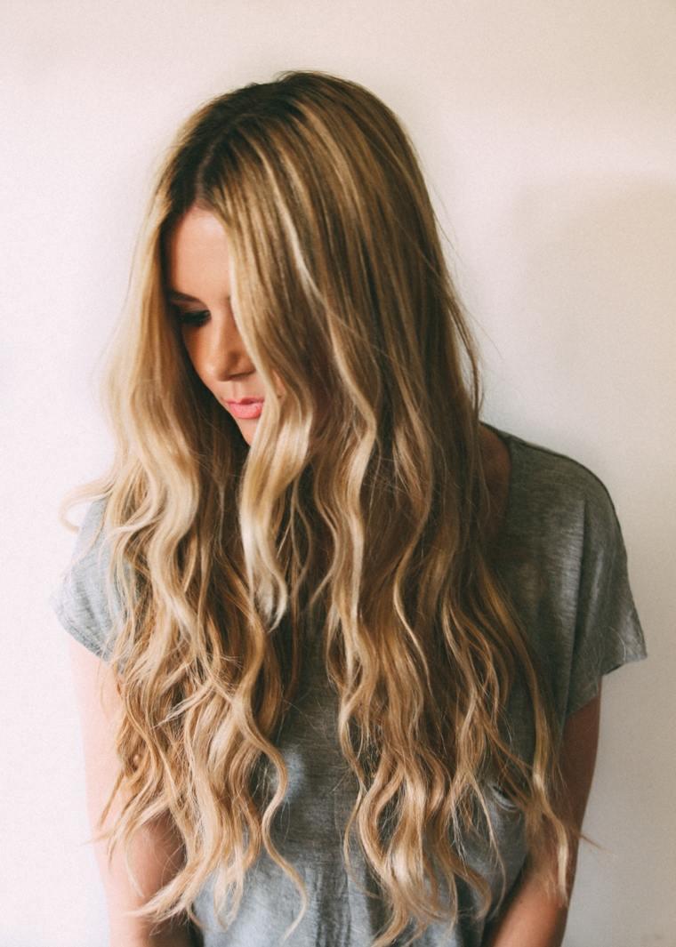 Con el pelo largo de blanco