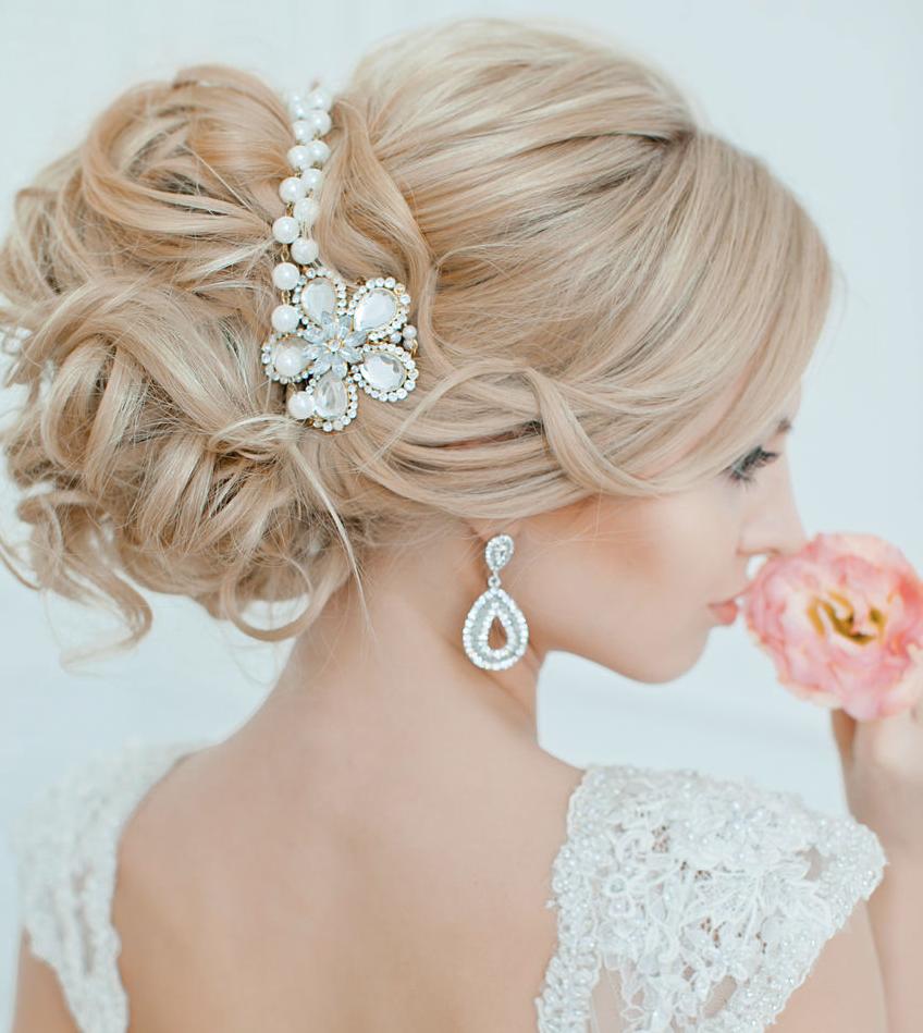 peinados de boda rubia mono tiara flor