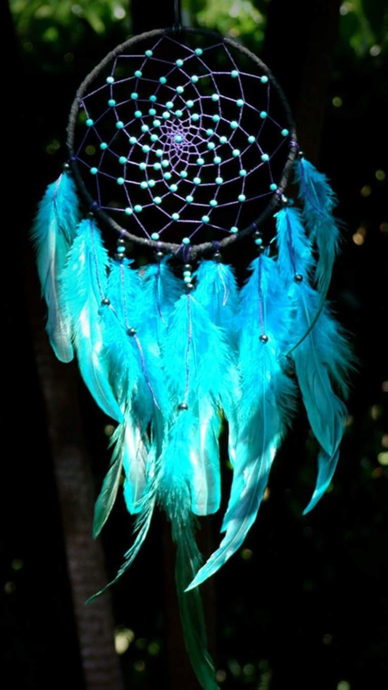 atrapasueños con plumas azules