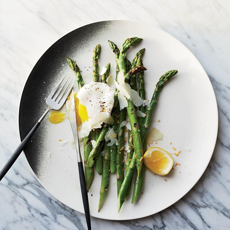 recetas sanas-bajas-calorias-opciones-esparragos-huevos