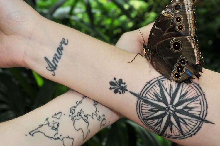 tatuaje compas amore mariposa brazo