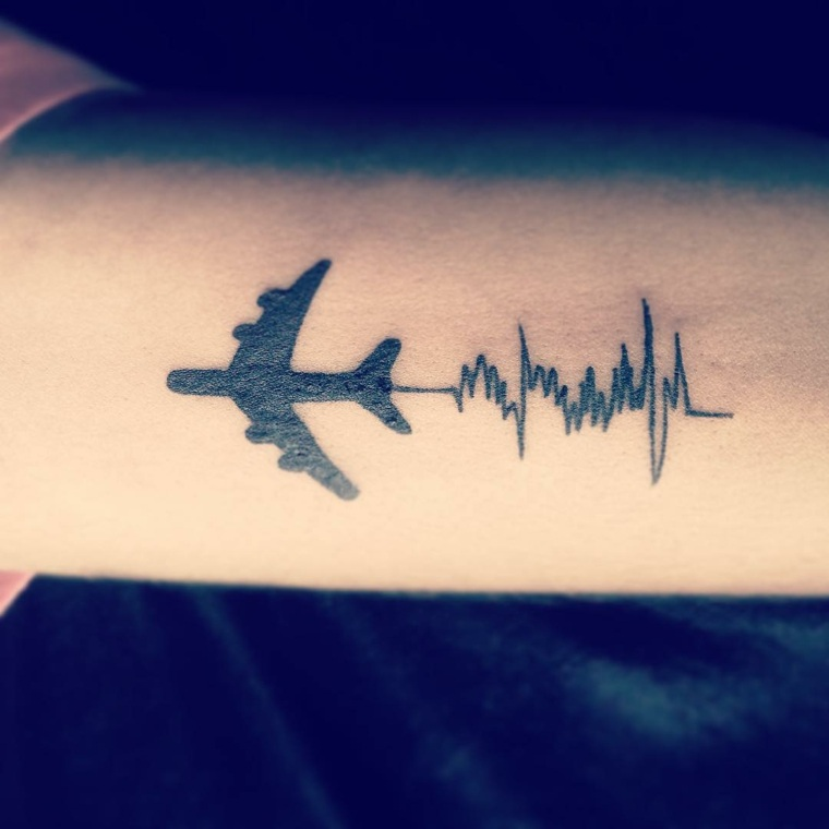 tatuaje-latido-corazon-color-avion