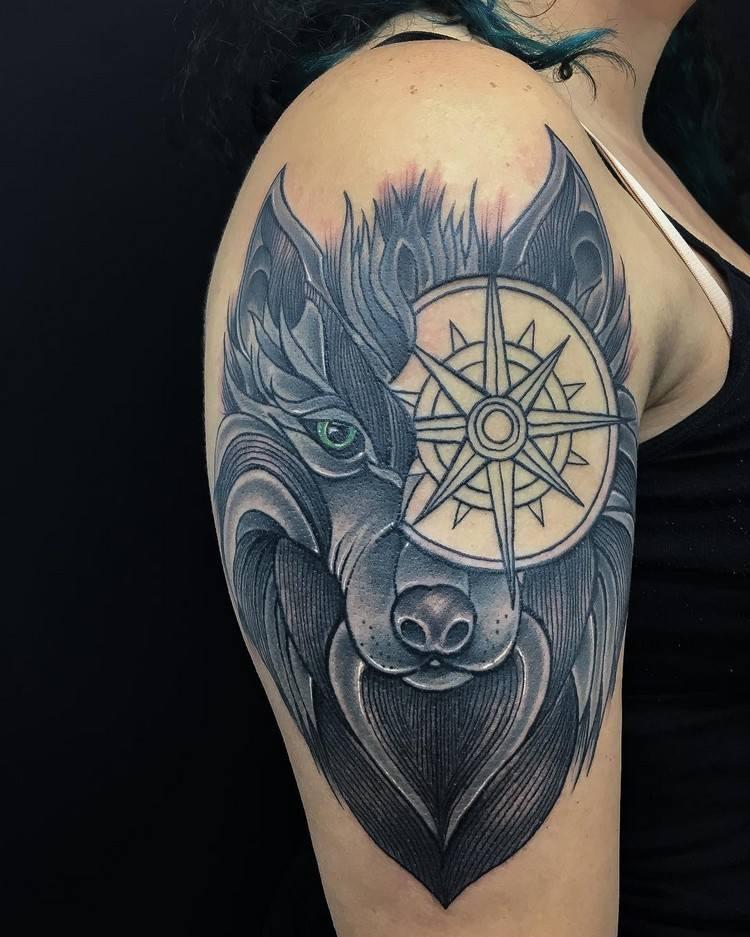 tatuaje lobo ojo compas