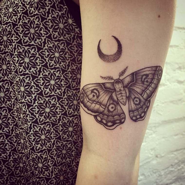 tatuaje-mariposa-negra-luna-mano-estilo