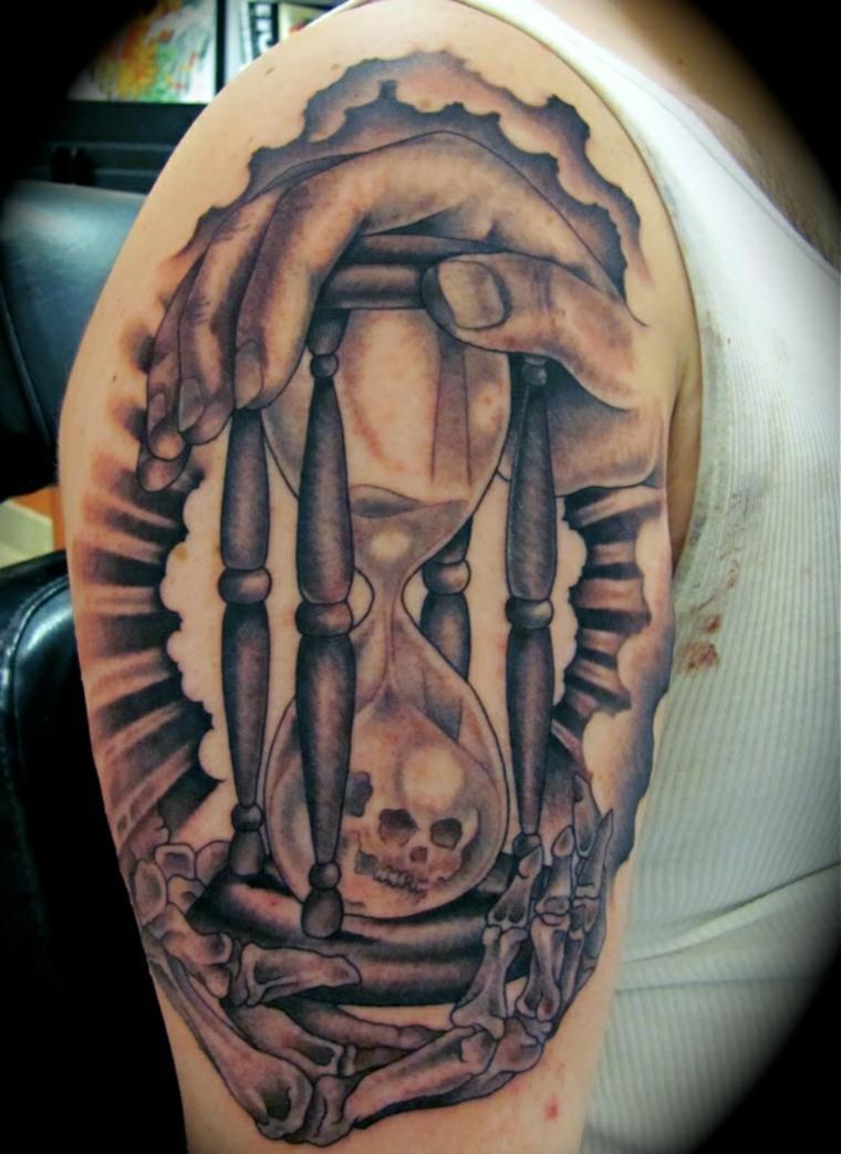 tatuaje reloj arena hombre