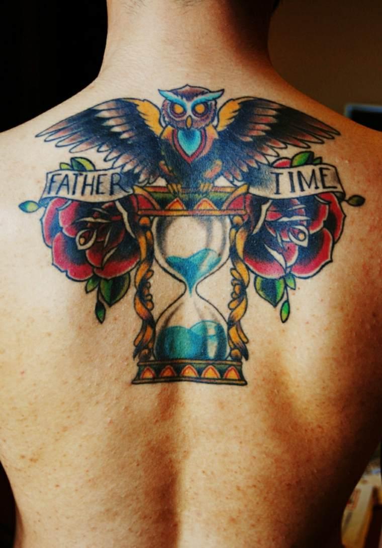tatuaje reloj de arena espalda