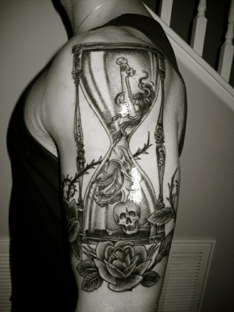 tatuaje reloj de arena hombre