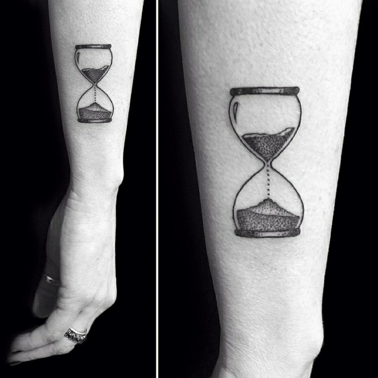 tatuaje reloj de arena piernas