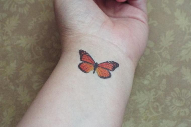 tatuajes con mariposas muneca