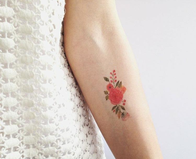tatuajes de flores-mano-opciones-motivos-ideas
