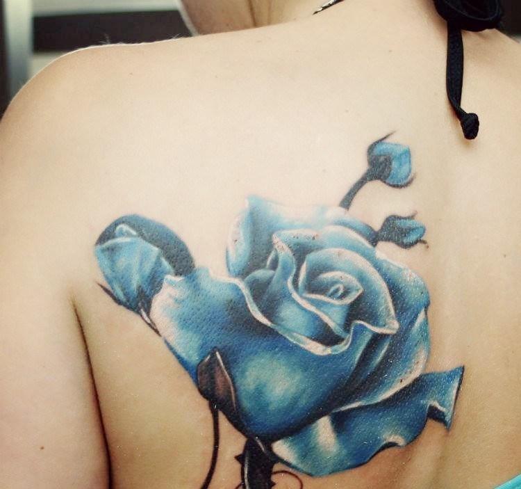 tatuajes de flores-mano-opciones-rosa-azul
